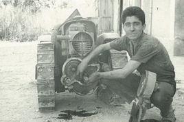Enrico beim Reparieren eines Raupentraktor
